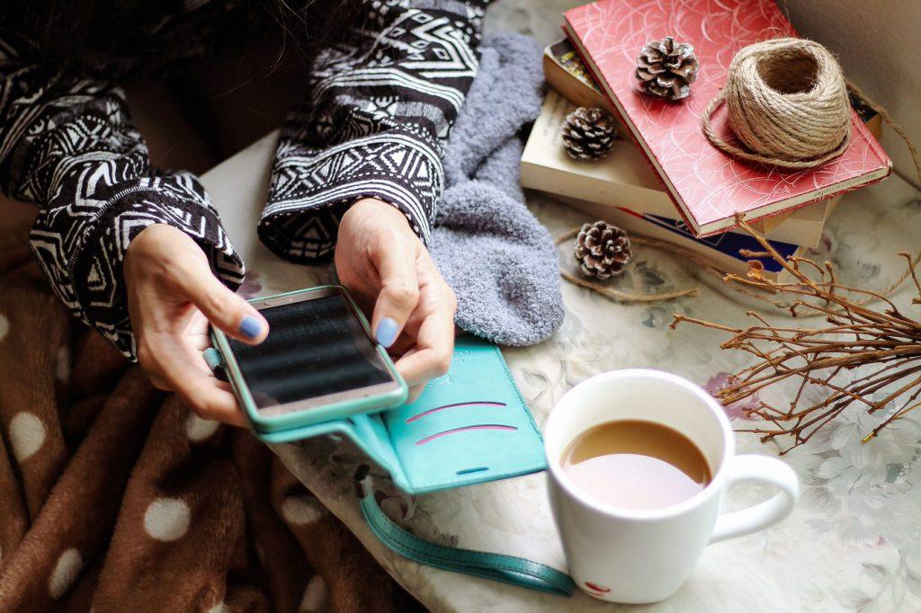 Flubot na Android - dziewczyna z telefonem