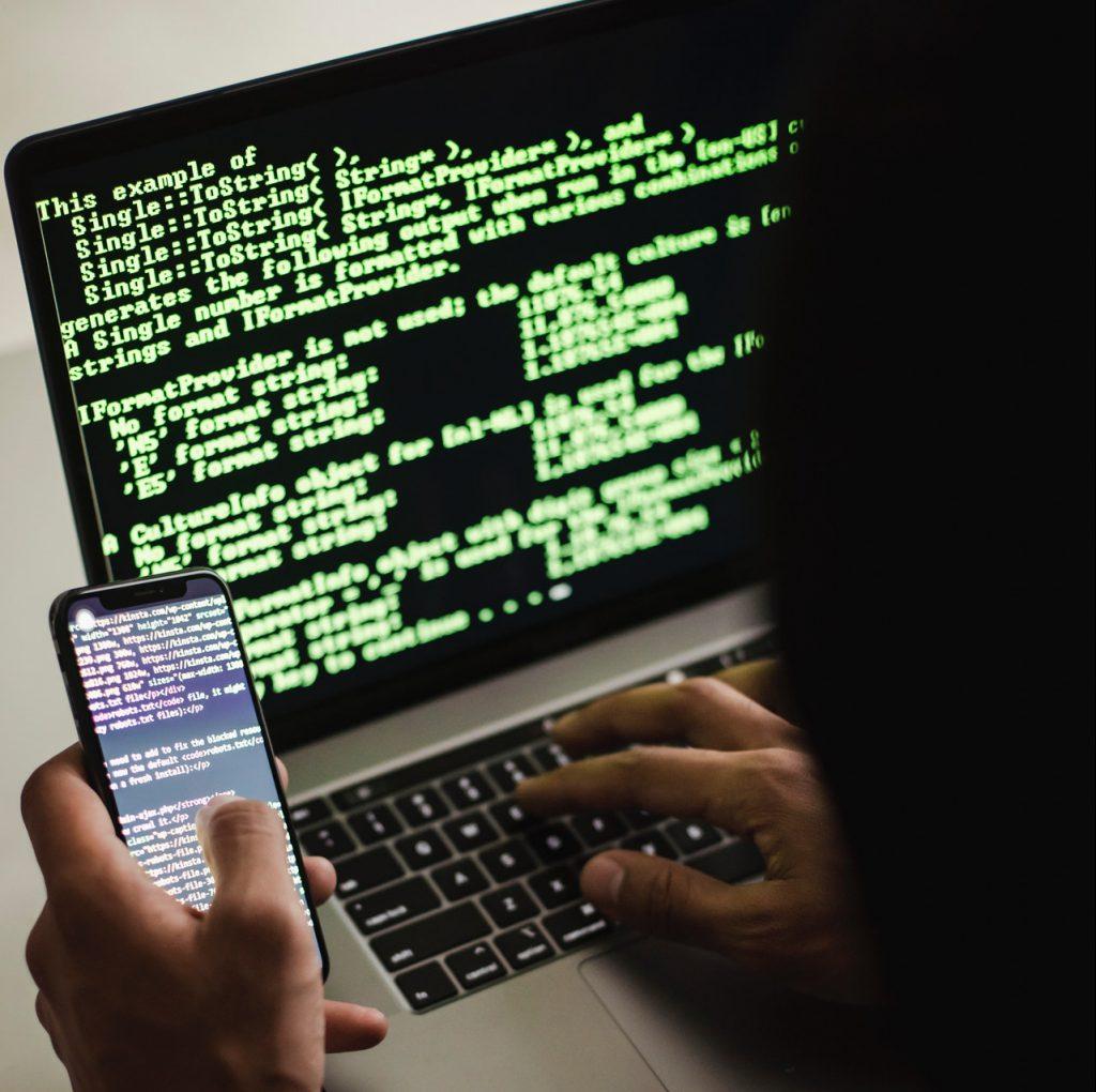 Kampania spamowa - haker przy komputerze